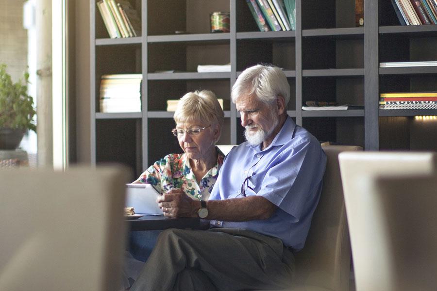 älteres Paar vor einem Tablet-Computer