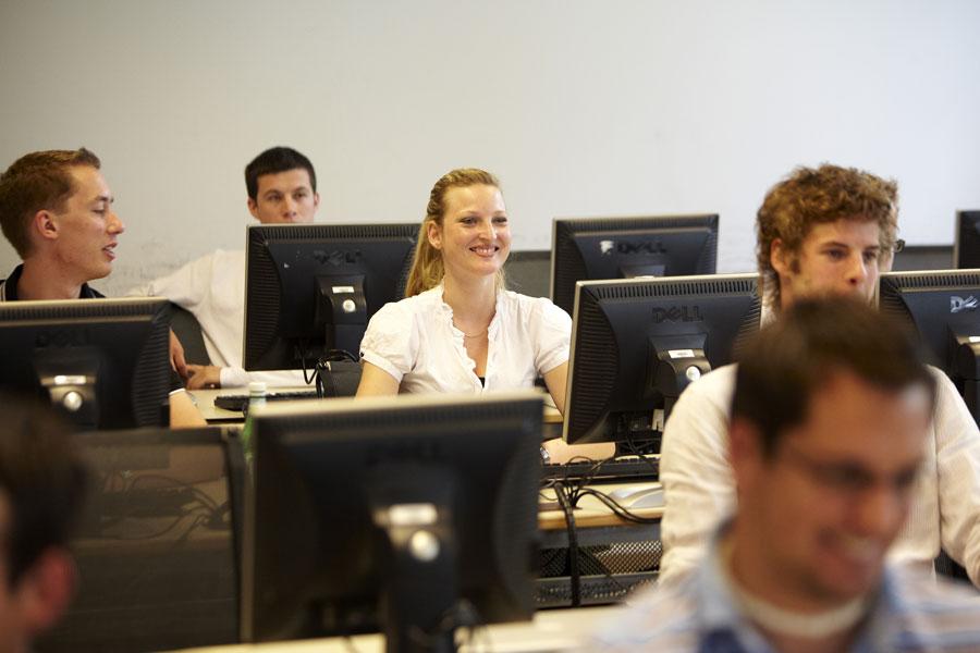 Frau in einer IT-Klasse