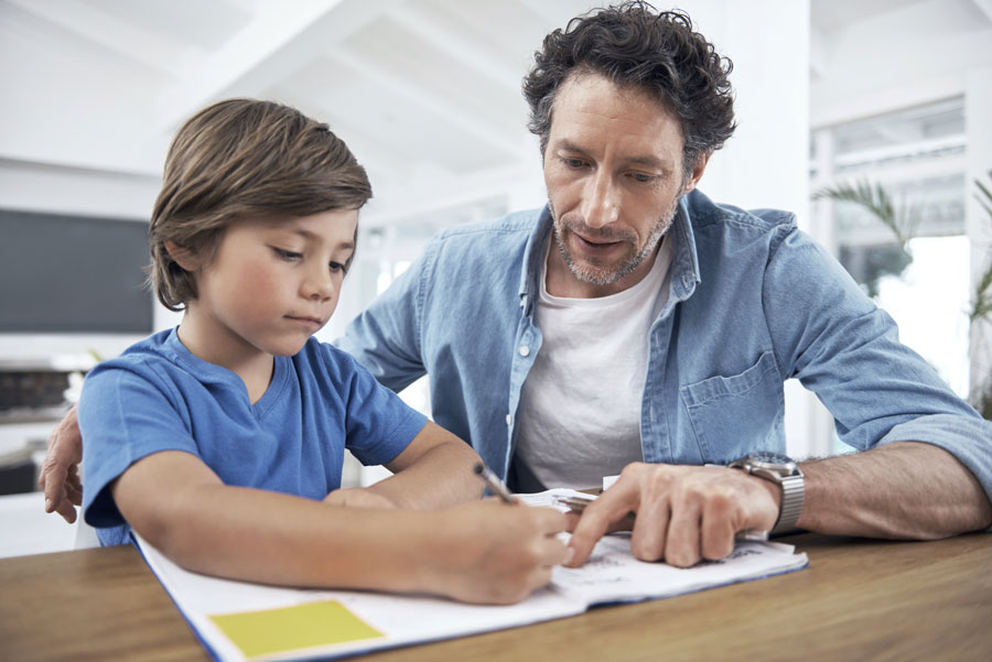 Eltern und Kinder gemeinsam im Familienklassenzimmer