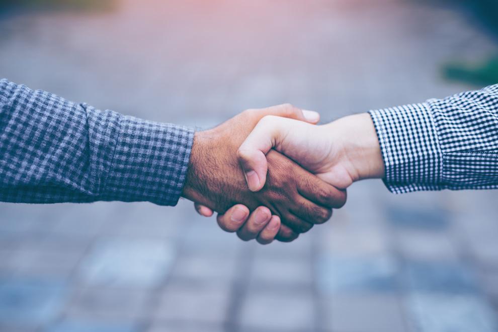 Handschlag zwischen Arbeitgeber und Sozialhilfebezüger