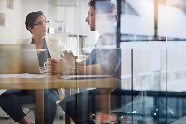 Sozialarbeiterin und Klient im Gespräch