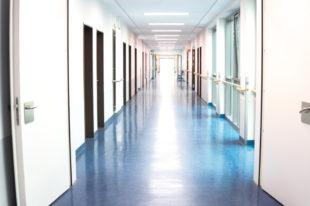 Menschenleerer Spitalflur
