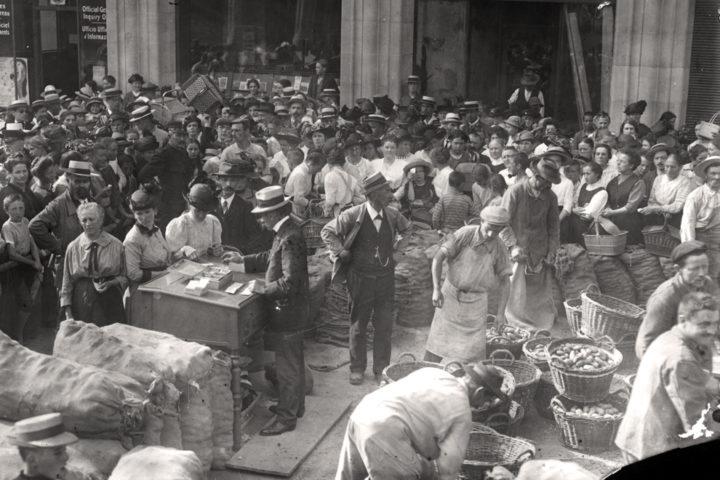 Abgabe verbilligter Kartoffeln ca. 1916 an der Uraniastrasse in Zürich; © Baugeschichtliches Archiv, Foto: Gallas Wilhelm