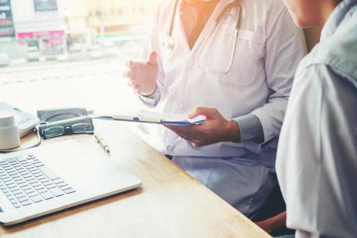 Sozialarbeiter und Hausarzt im Gespräch