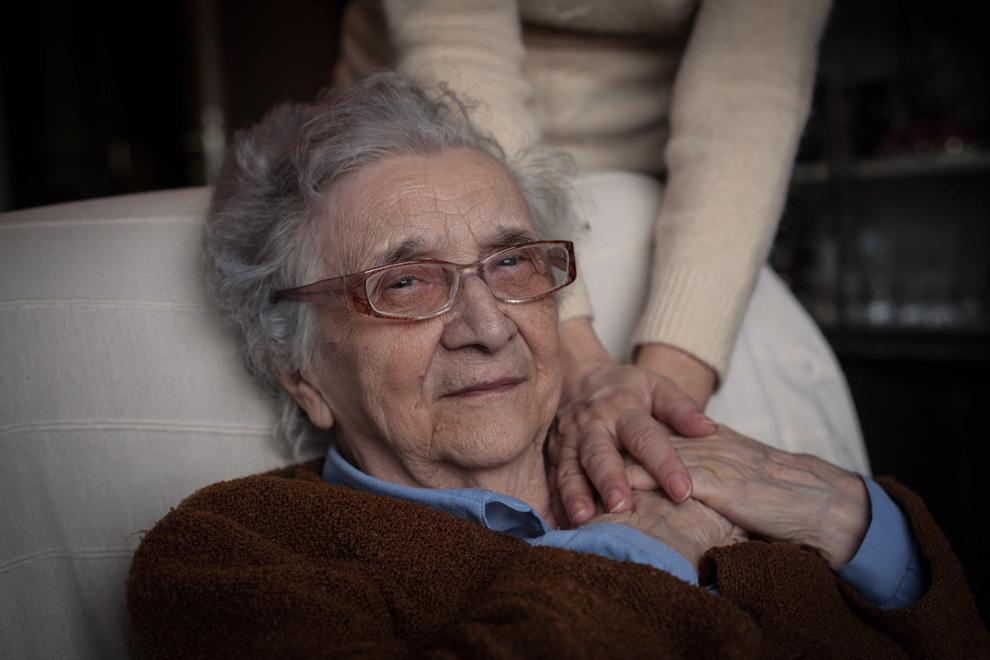 Pflege einer alten Frau