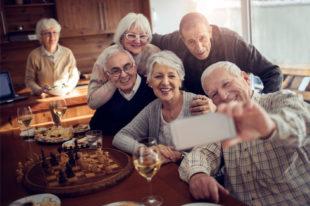 Gruppe ältere Menschen machen ein Selfie