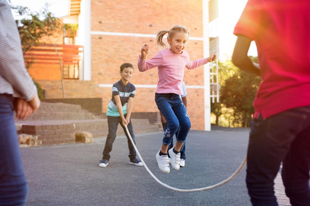 Kinder spielen auf dem Schulhof