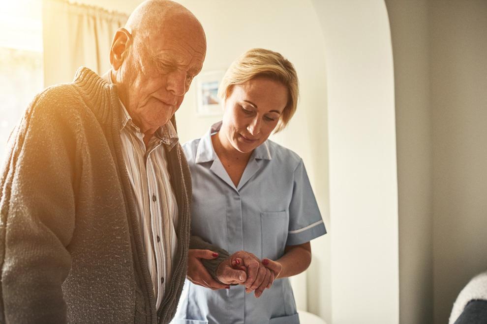 Betreuerin und alter Mann